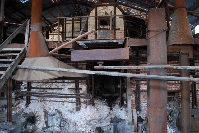 Klevfos Industrimuseum har et stort antall maskiner og ovner. Her er de såkalte sodaovnene som var nødvendige for å gjenvinne prosesskjemikalier.