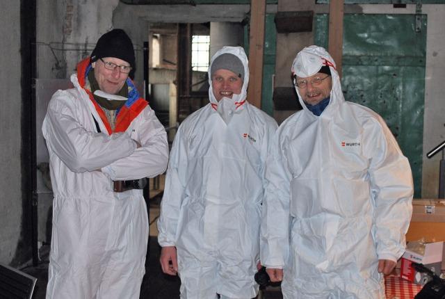 Klevfos er et stort industrianlegg, der noen stder er nokså støvete. Da er det nødvendig med sikkerhetsutstyr. Her er Fabrica med (f.v.) Morten, Vegard og Per. Foto: Morten W. Hjarnø, Anno Museum